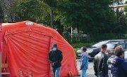 Kolejka oczekujących na pobranie materiału do badania w kierunku COVID-19 przed namiotem – Punktem Pobrań zlokalizowanym przy Szpitalu w Myślenicach