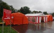 Na zdjęciu 3 namioty ustawione przy oddziale zakaźnym myślenickiego szpitala w celu pobierania wymazów na obecność wirusa SARS-Co-V-2